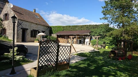 Maisonnette en pierre sur jardin paysagé