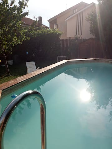 giardino con piscina utilizzabile periodo estivo