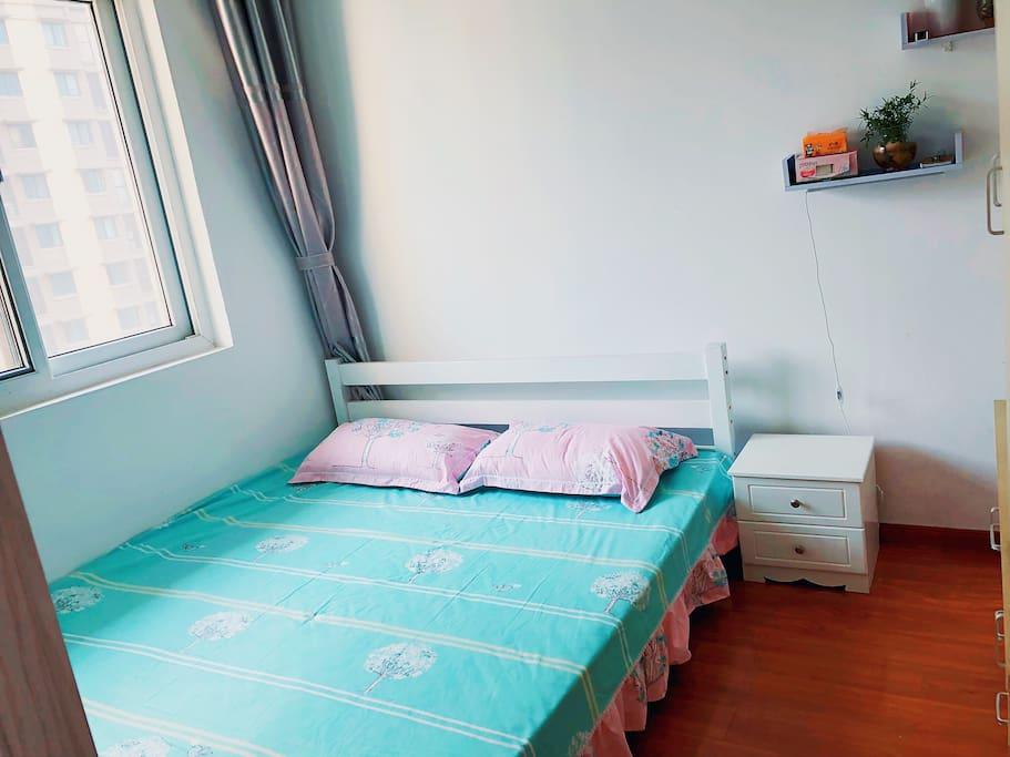 白天卧室(未贴壁纸前)