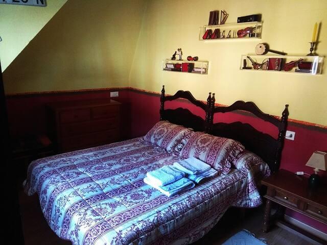 Habitación con cama de 150cm. cómoda y armario ropero