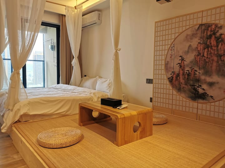 惠州双月湾Veena's日式风格大床房,情侣出游对坐相视而饮,享受禅意