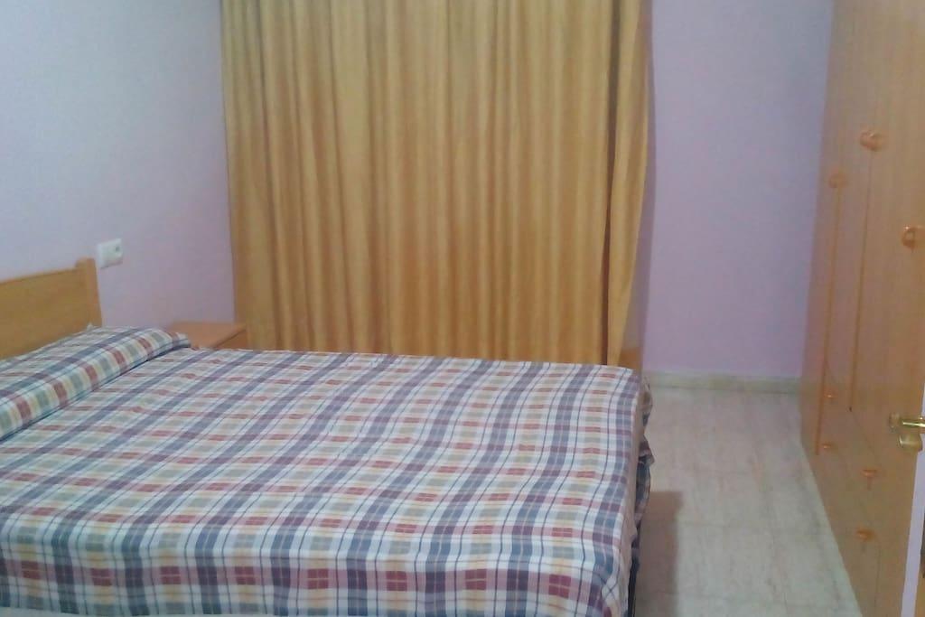 dormitorio cama 1,50 y armario 4 puertas