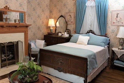 Victorian Room in Award Winning Mansion!
