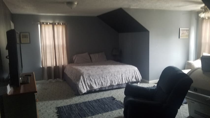 Shannon's room#1 20min from airport,downtown&track