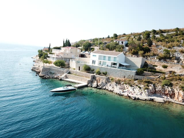 Villa Basthel met zwembad, jacuzzi en sauna .