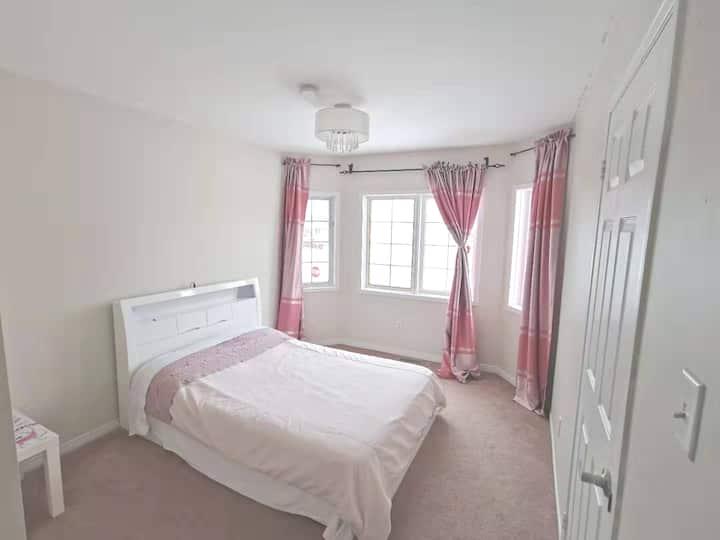 Barrie North Cozy & Clean Bedroom4