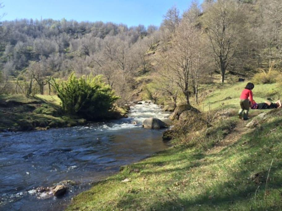 Descansando junto a la rivera del río