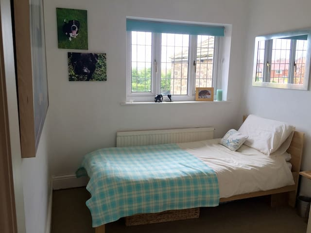 Single room in charming Dore house. - Sheffield