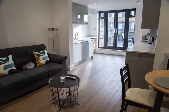 Amazing two bed apartment with balcony, Sidcup