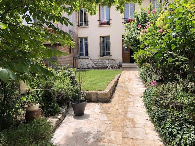 Chambre au calme avec entrée privée sur jardin,