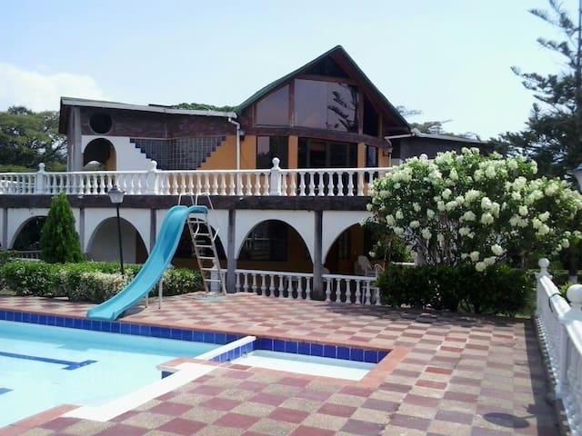 Finca y piscina+18 personas Villeta - Villeta - House