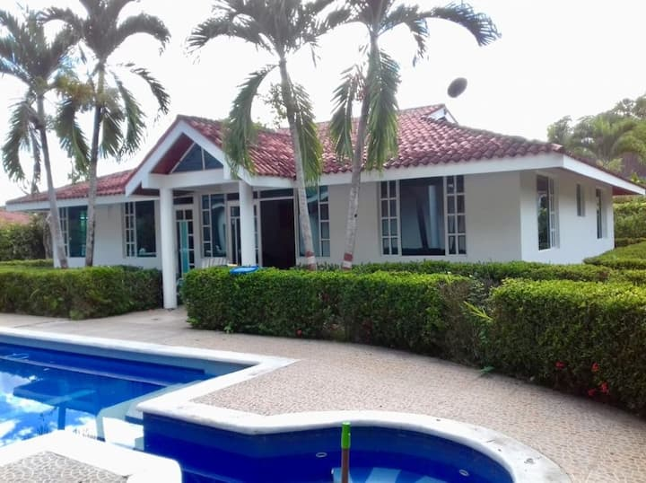 Casa campestre con piscina privada.