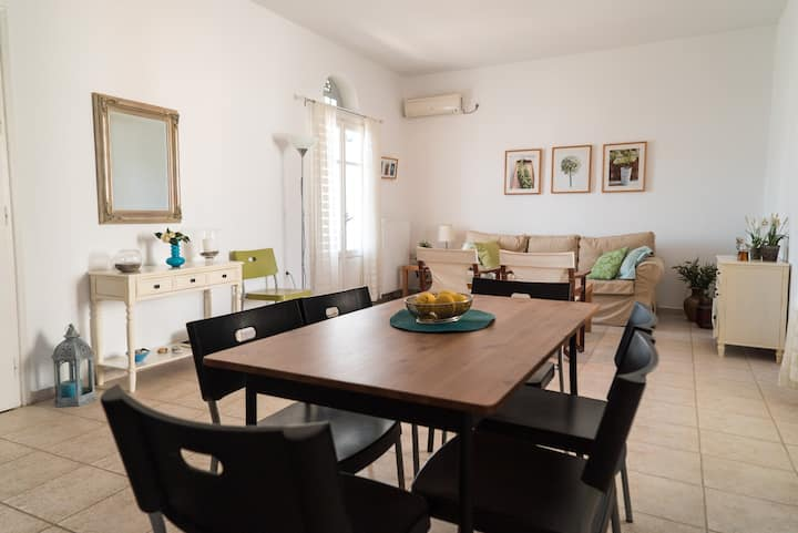 Top floor apartment in Tinos Town close to beach