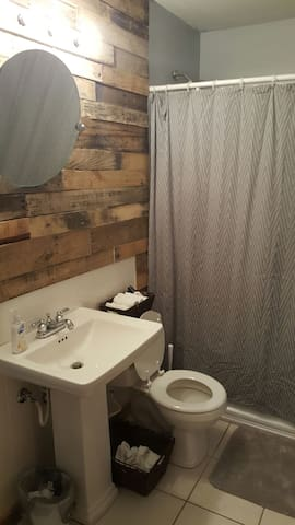 Private room and full bath - Whiteland - Casa