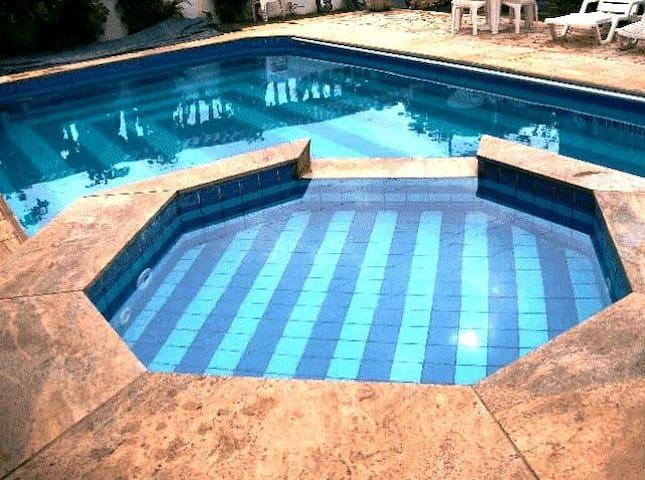 Pousada com piscina, sauna a 100 metros da praia.