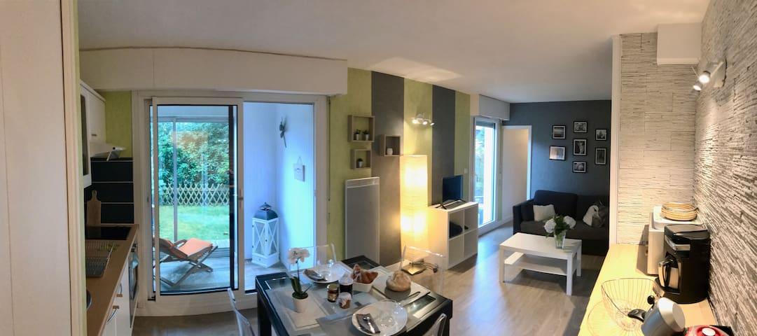 Bel appartement sur jardin, 800 mètres de la plage
