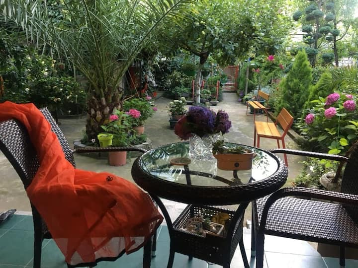 Irma's Garden Inn - Colorful Room