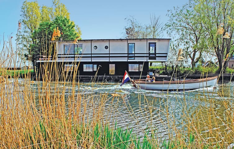 Houseboat with 2 bedrooms on 170 m²