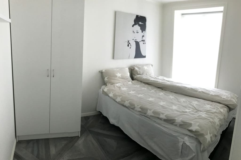 Bedroom with a kingsize bed and a closet