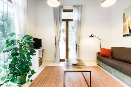 Descubre la luz de Cádiz desde este estiloso apartamento en pleno centro