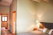 Nuestras Amplias habitaciones decoradas en colores cálidos