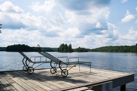 Peaceful and Sunny Northern Lakeside Retreat - Magnetawan - 통나무집