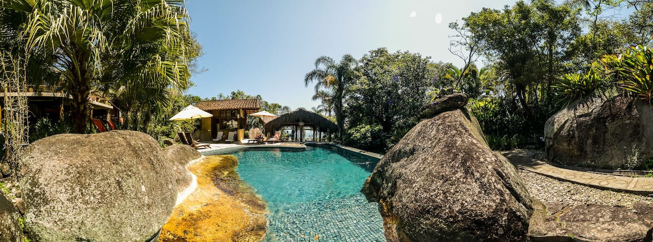 Suíte Manacá, piscina  em pousada guest house
