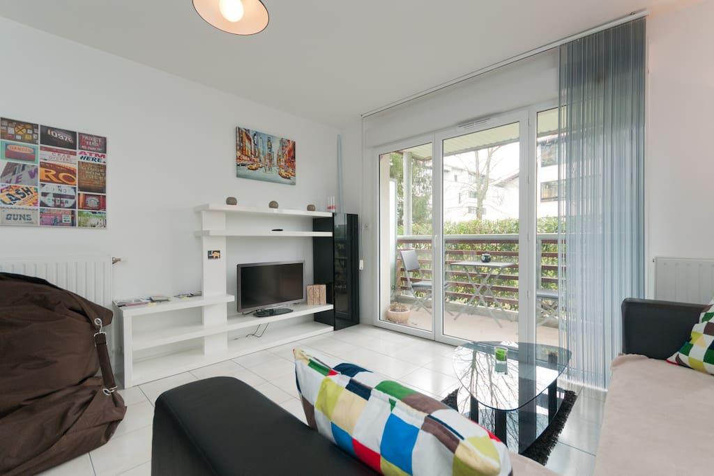 L'appartement dispose d'un agréable salon TV clair et lumineux à partir duquel se fait l'accès à la terrasse privative