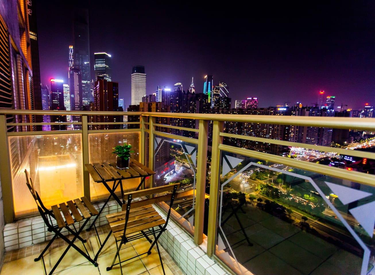 高层阳台可以俯视整个商务中心的夜景