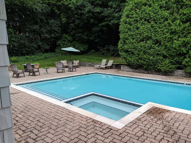 Spacious guest suite w/pool, tennis court