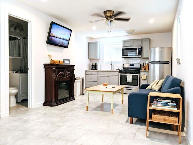 Private 750sq ft Guesthouse w/ Kitchen