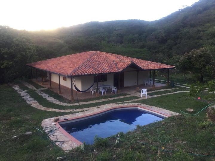 Hermosa Cabaña con piscina Barichara