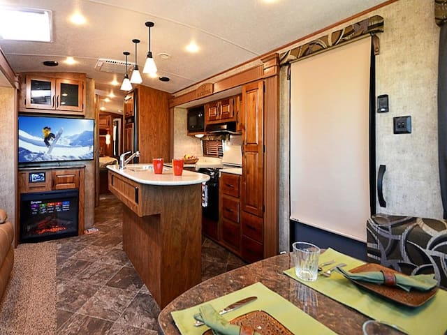 West End Luxury RV - Perfect For a Couple