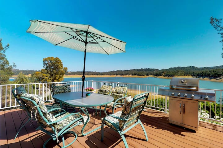 Lakefront home with shared pool, water views, and free WiFi!