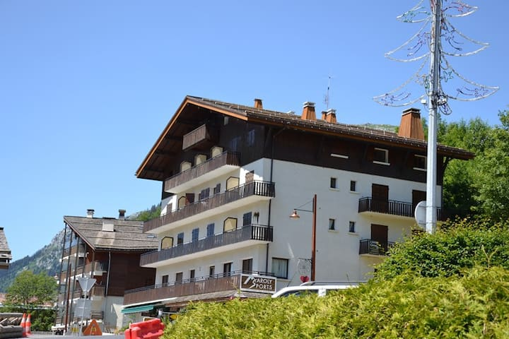 Cosy central top floor 2 bed apt + mezz, up to 10 opposite the slopes!