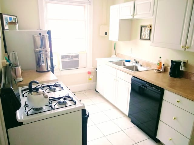 Excellent water filtration system. Tea and coffee provided. Dishwasher, stove, nutribullet, and dishes available for your use.