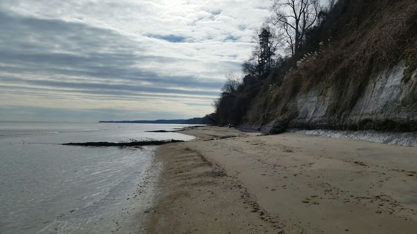Scientists Cliffs Beach Queen Bedroom 1 hr from DC