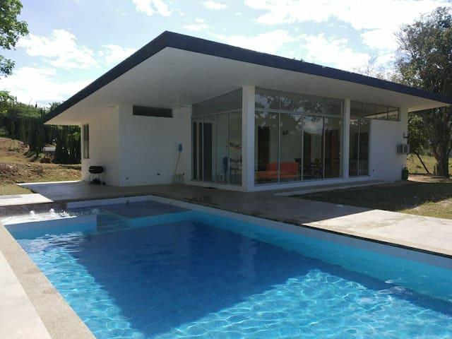 Hermosa Cabaña familiar piscina privada y jacuzzi