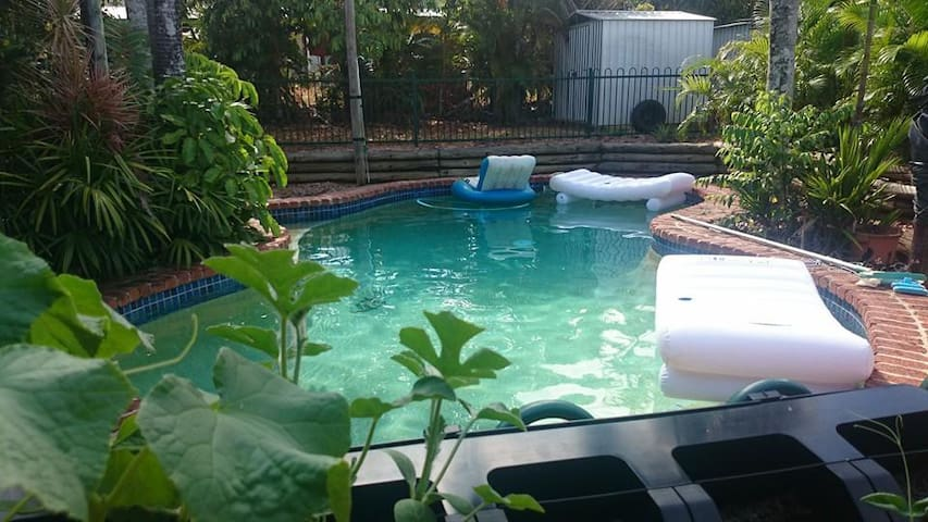 Friendly Tropical Living With Pool - Bayview Heights - House