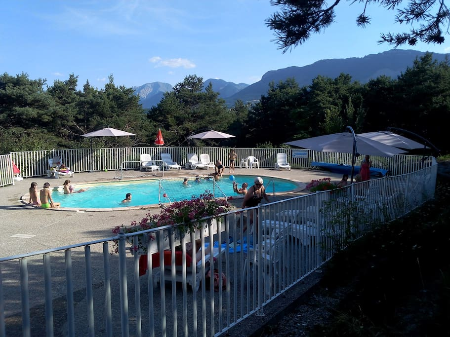 La piscine chauffée de 55 M² face aux montagnes