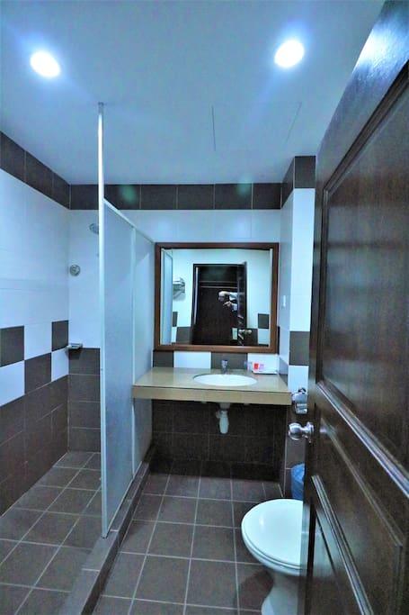 Salle de douche, toilette privés