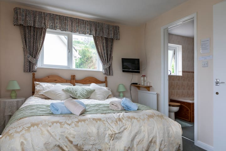 Salcombe, en-suite room with superb views