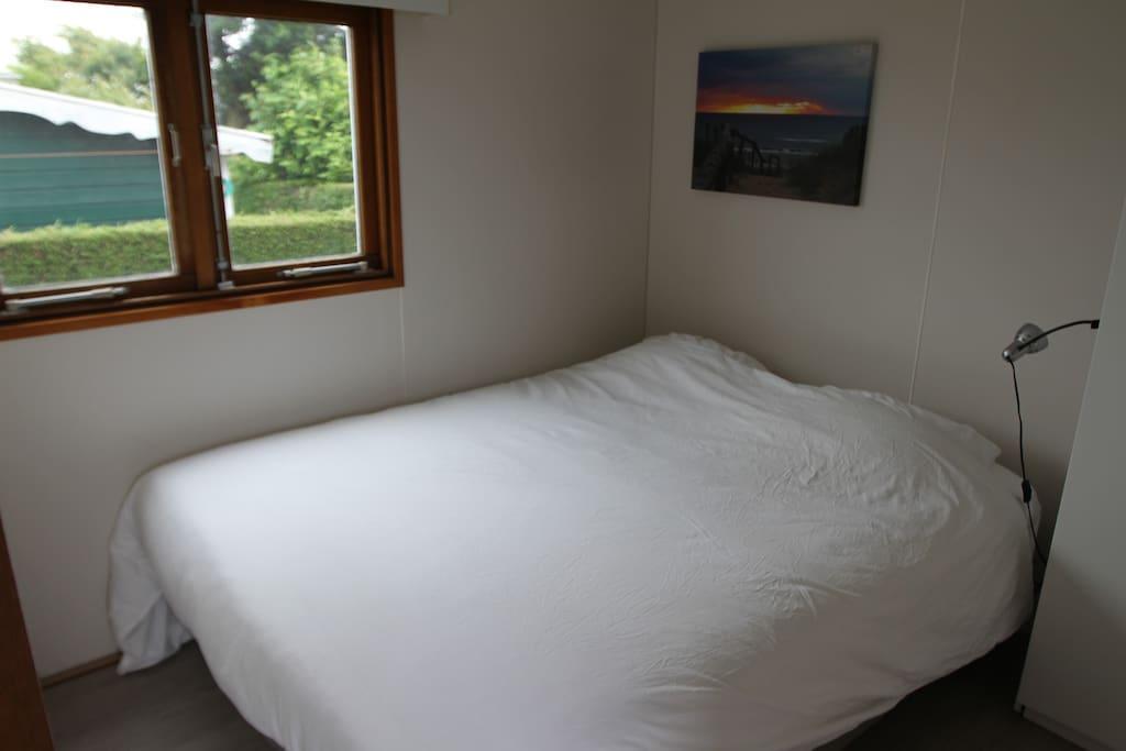 Bed room with 2 new boxspring beds / slaapkamer met 2 nieuwe boxspring bedden