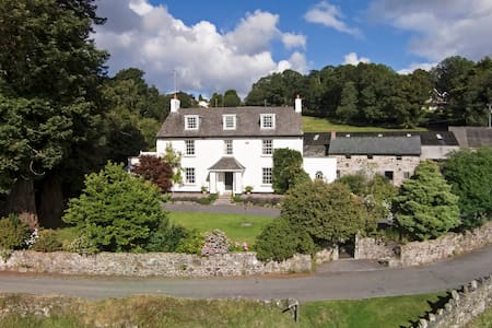 Stunning views, on edge of picturesque Lustleigh