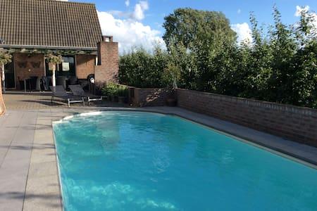 Mooie Cottage met zwembad in Park Lingezenen - Bemmel