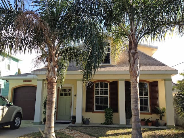 Beach Bungalow -- Upstairs In-law Suite - New Smyrna Beach - Bungalow