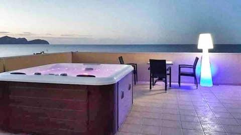 Appartement met uitzicht op het strand met jacuzzi en solarium