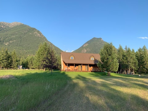Sheepcreek Chalet surrounded by the river!