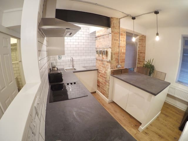 STUNNING FLAT BY BEACH AND TOWN CENTRE!!