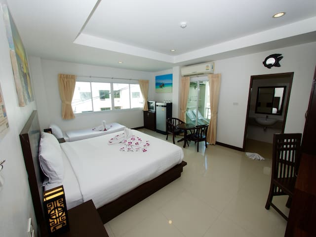 Modern Family Room with Balcony, 10 minutes walk to the Patong Beach and Bangla Road Walking Street, Free WiFi